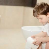 bé 5 tháng tuổi bị táo bón? mẹ nên làm gì?
