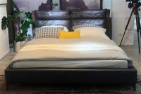 Giường ngủ sang trọng màu đen